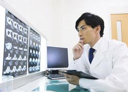 診断する整形外科医